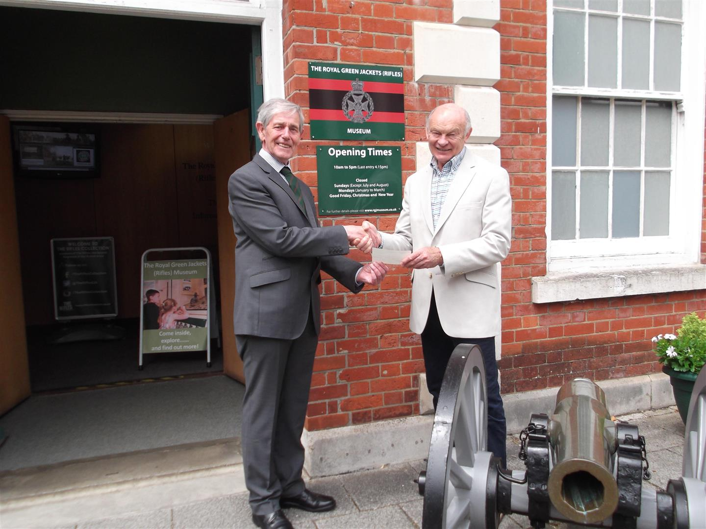 Lodge donates £400 to Royal Green Jackets (Rifles) Museum
