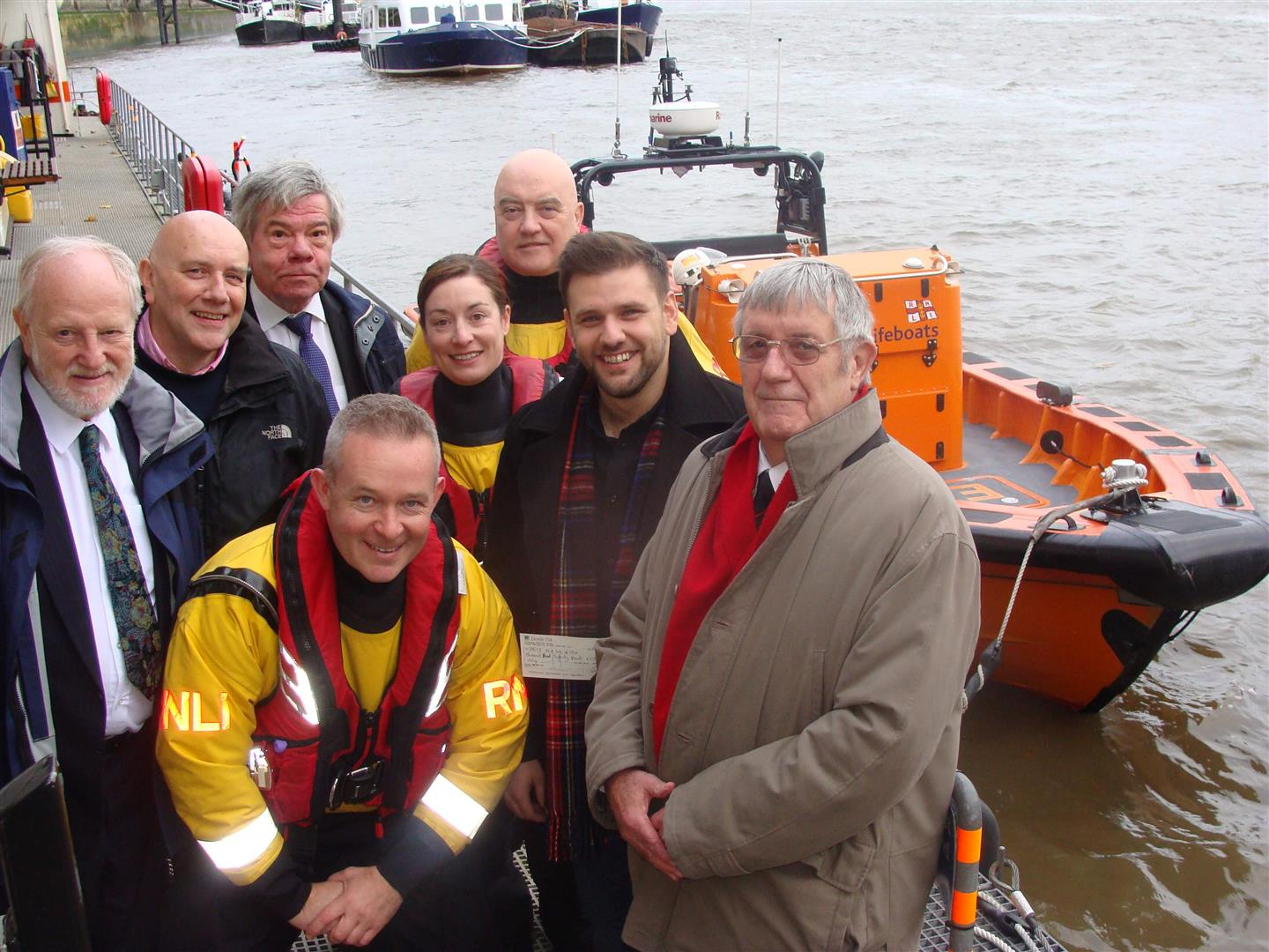 Lodge donates £1000 to RNLI